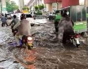 راولپنڈی، مریڑ چوک میں بارش کے پانی میں شہری اپنے منزلوں کی جانب رواں ..