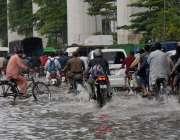 لاہور، صوبائی دارالحکومت میں ہونے والی موسلا دھار بارش کے بعد جی ٹی ..