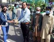 لاہور، پی ایچ اے کے ملازمین جشن بہارآں کی آمد کے موقع پر شہریوں میں ..