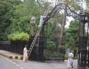 لاہور، باغ جناح کے مرکزی گیٹ کو پینٹ کیا جا رہا ہے۔