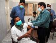 حیدرآباد، محکمہ صحت کا عملہ 50 سال سے زائد عمر کے افراد کو کورونا ویکسین ..