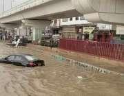 کراچی، شہر قائد میں ہونے والی بارش کے بعد پاور چورنگی کے علاقے میں گاڑی ..