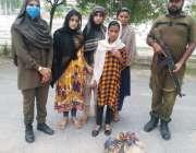 ساہیوال، ہنجروال لاہور سے 6 روز قبل اغواء ہونے والی بچیاں جنہیں پولیس ..