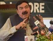 لاہور، وزیر داخلہ شیخ رشید احمد  نادرا آفس میں پریس کانفرنس کر رہے ہیں۔