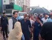 اسلام آباد، ڈپٹی کمشنر حمزہ شفقات سیکٹر ای الیون میں امدادی کارروائیوں ..