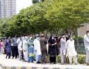 کراچی، حکومت کی جانب سے کووڈ 19 کی ویکسین مہم کے تحت ایکسپو سنٹر کے باہر ..
