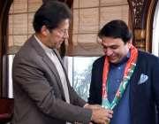 اسلام آباد، وزیراعظم عمران خان نومنتخب سینیٹر محمد عبدالقادر کو تحریک ..