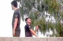 گوجرانوالہ ، اینٹی ٹیررازم آفس کی چھت پر پتنگ بازی کرنے والے دو پولیس ..