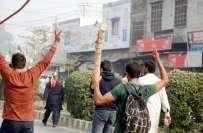تحریک انصاف کی کھلاڑی ن لیگ کے متوالوں پر ٹوٹ پڑی