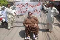 مشہور اسٹیج فنکار محمود خان بیماری کی وجہ سے سڑک پر آ گئے