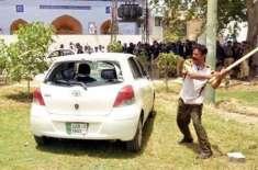 ماڈل ٹاؤن تصادم کے دوران پولیس کی موجودگی میں قیمتی گاڑیوں پر ہاتھ ..