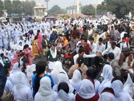 لاہور: نرسوں کا چھٹے روز بھی دھرنا جاری، پنجاب اور بلوچستان میں ہڑتال