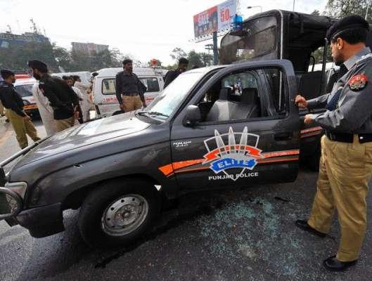 لاہور میں پولیس اہلکار ٹریفک وارڈن کو اٹھا کر لے گئے