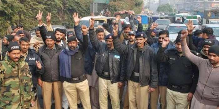 پنجاب پولیس میں دوبرس قبل کنٹریکٹ پر بھرتی کئے گئے 2700ریٹائرڈ فوجی اہلکاروں کو فارغ کردیا گیا ،ملازمین کا پریس کلب کے باہر دھرنا، دھرنے کے باعث پریس کلب سے ملحقہ تمام شاہراؤں پر ٹریفک نظام درہم برہم رہا،احتجاج کے دوران کئی اہلکاروں کی طبیعت ناساز ہو گئی، کسی کو فارغ نہیں کیا جارہا،کنٹریکٹ ختم ہونے پر دوبارہ پراسس کیلئے وقت درکار ہوتا ہے،دو ہزار نفری کی کمی برداشت نہیں کر سکتے' ڈی آئی جی آپریشنز
