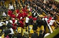 جنوبی افریقہ، صدر کے خطاب کے دوران پارلیمنٹ میدان جنگ بن گئی، ارکان ..