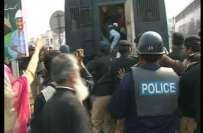 لاہور،پولیس کے ستائے شہری کا انوکھا احتجاج،سر عام اپنے ہی سر پر جوتے ..