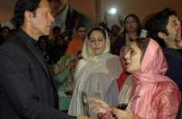 یوم نسواں تقریب میں عمران خان کے خطاب کے دوران کارکن اپنے قائد کو شادی ..