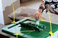 لاہور، این اے 122کے ضمنی انتخابات کے موقع پر الیکشن کمشنر کے دفتر میں ..
