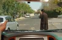 ابوظہبی ٹریفک پولیس نے سڑک پار کرتے ہوئے موبائل فون کے استعمال پر پابندی ..