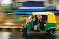 بھارت میں لالچی رکشہ ڈرائیور  زخمی خاندان کا سامان چوری کرکے فرار