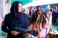 لاہور ریلوے اسٹیشن پر موجود خاتون پولیس اہلکار کی تصویر نے بھارت میں ..