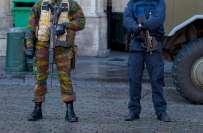 پیرس حملوں کے بعد بیلجئیم میں سرچ آپریشن کرنے والے کچھ فوجیوں اور پولیس ..