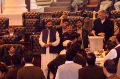 پشاور،نجی ٹی وی کی خا تون بیورچیف کے ساتھ اسمبلی میں سیکیورٹی اہلکاروں ..