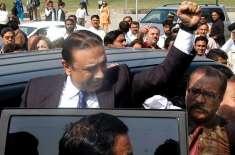 کراچی سے دبئی روانگی کیلئے ائیرپورٹ جاتے شاہراہ فیصل پر آصف زرداری ..