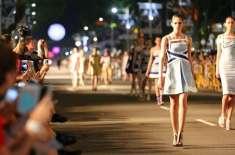 سنگاپور: ماڈلز کے سڑک کے بیچ و بیچ فیشن کے جلوے