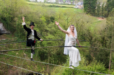 برطانوی جوڑے کی 80 فٹ بلند تاروں پر شادی