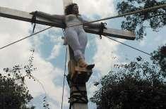 خاتون امیدوار کا صلیب پر لٹک کر احتجاج