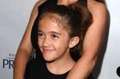 """سلمٰی ہائیک کی بیٹی فلاحی ادارے کی مدد کیلئے """"بال """" بڑھانے لگیں"""