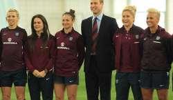 برطانوی شہزادہ ولیم خواتین فٹ بالرز سے ملنے گرائونڈ میں پہنچ گئے