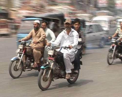 کراچی:موٹرسائیکل کی ڈبل سواری ..