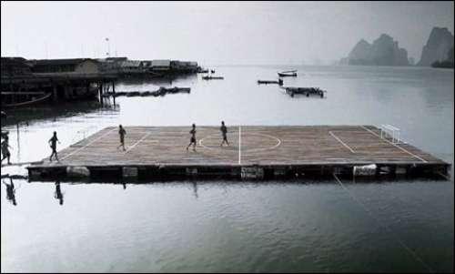اب فٹ بال سمندر میں کھیلا جائے ..