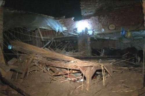 شاہدرہ میں بارش سے مکان کی چھت ..