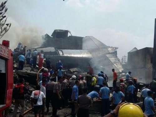 انڈونیشیا میں فوجی طیارہ گرنے ..