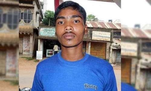 بھارت : طالبعلم  اپنے ایڈمٹ کارڈ ..