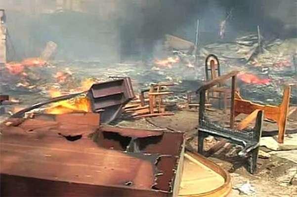 کراچی: پرانے فرنیچر کی مارکیٹ میں آتشزدگی، آگ پر قابو نہیں پایا جا ..