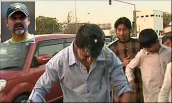 معین خان کی واپسی پر ایئرپورٹ کے باہر مظاہرین نے انڈے توڑے