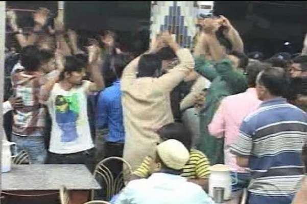 تحریک انصاف کے الیکشن کیمپ پر متحدہ کے مشتعل کارکنان نے حملہ کرکے کیمپ ..