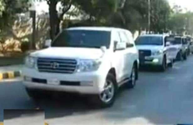 کراچی : پی ٹی آ،ی سندھ کے صدر نادر اکمل لغاری کی سکیورٹی پر مامور گاڑی ..