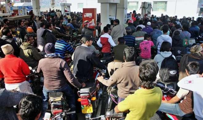 پنجاب کے کئی اضلاع میں پیٹرول کی قلت، پیٹرول پمپس پر گاڑیوں کی لمبی ..
