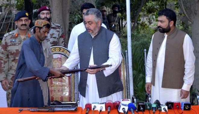 کالعدم تنظیم کے 2 کمانڈرز نے بلوچستان حکومت کے سامنے ہتھیار ڈال دیے