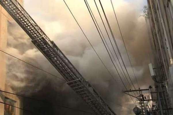 لاہور : لبر ٹی مارکیٹ میں الفتح پلازہ میں آگ لگ گئی، فائر بریگیڈز آگ ..