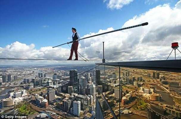 300 میٹر کی بلندی پر بغیر حفاظتی اقدامات کے رسی پر چلنے کا مظاہرہ