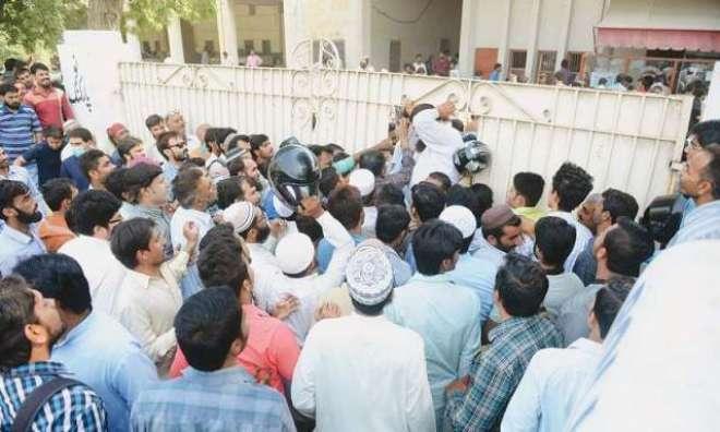 کراچی میں ڈرائیونگ لائسنس برانچ پر عوام کا رش کم نہ ہوسکا