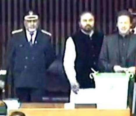 اتنی بھی کیا جلدی؟ عمران خان نے ووٹ بھی بیلٹ باکس میں پوری طرح نہیں ..