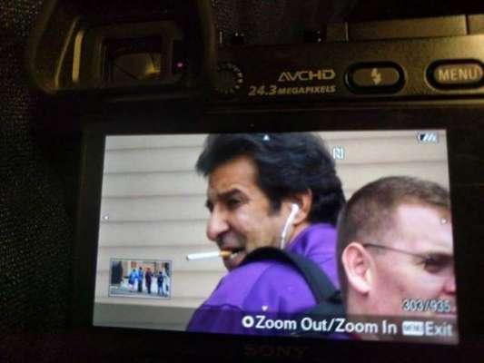 وسیم اکرم اپنے پیغامات کے برعکس امریکی سڑکوں پر سگریٹ پیتے کیمرے کی ..