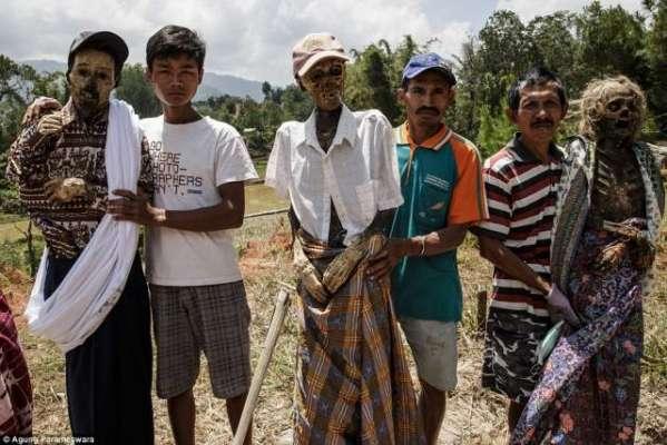 انڈونیشیا کے ایک جزیرے میں مردوں کے ڈھانچوں کوقبروں سے نکال کر صفائی ..